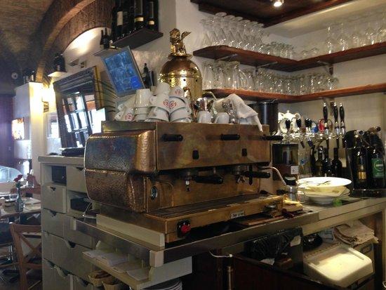 Il Porto Di Ripetta : an old nice coffee machine