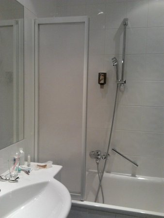 Hotel Nestroy: bathroom