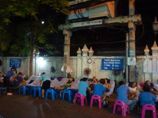 Rambuttri Village Inn & Plaza: Street of the hotel by night