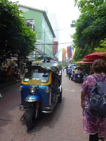 Rambuttri Village Inn & Plaza : Street of the hotel