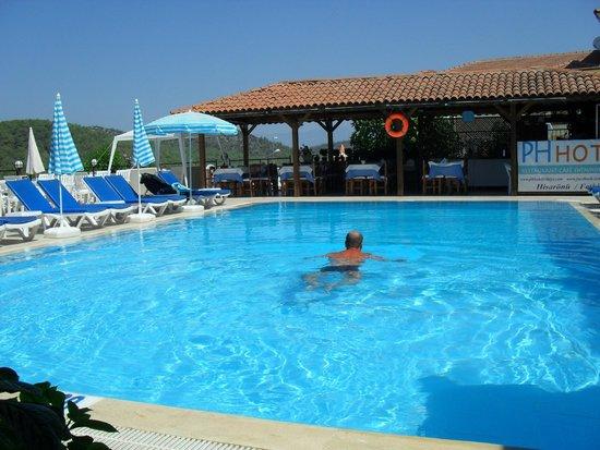PH Hotel : Solo swim