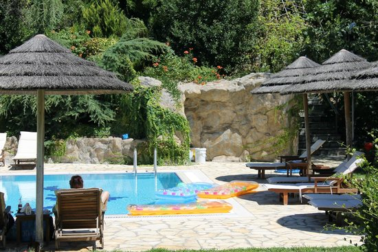 Corfu Club Apartments: The Pool with beach chairs
