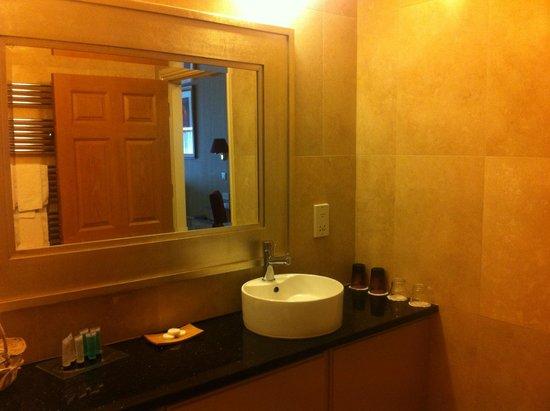Riverside Park Hotel: Bathroom - Large and spotless