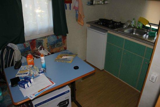 Cucina con tavola per pranzare (spostata addosso alla panca per ...