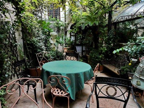 Hotel Gabbia d'Oro : Garten im Hof