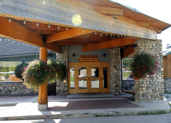 Waterton Lakes Lodge Resort : Front entrance