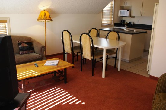 Waterton Lakes Lodge Resort : Family apartment suite