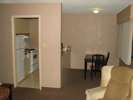 Econo Lodge Inn & Suites: Queen Suite view of kitchen/ dining area