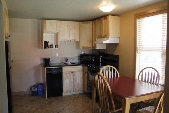 Waterton Lakes Lodge Resort : Kitchen suite