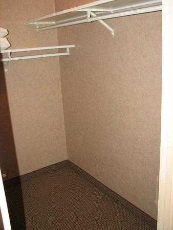 Econo Lodge Inn & Suites: Queen suite walk-in closet