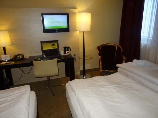 Lindner Hotel Am Belvedere: Two twin beds with rollaway (to right under window)