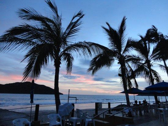 Las Flores Beach Resort: atardecer