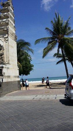 Kuta Beach Club Hotel: TURN LEFT HERE!!!!