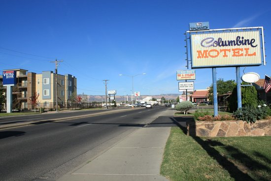 Columbine Motel : Looking east on North Ave. in Grand Junction, CO.