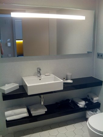 Citadines Ramblas Barcelona: Baño con secador de pelo