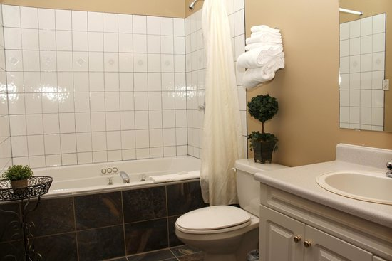 Aspen Village: Romantic Suite bathroom