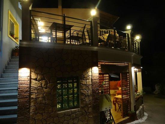 Tassos Village Grill: Tassos Grill, Moraitika: Upper rooftop terrace at night