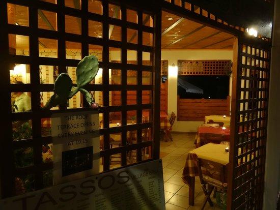 Tassos Village Grill: Tassos Grill, Moraitika: Ground floor entrance at night