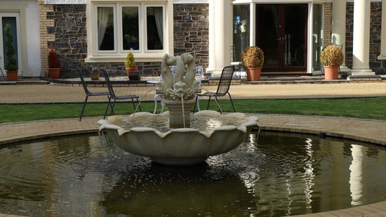 Plas Y Dderwen Bed and Breakfast: Fountain outside the front door
