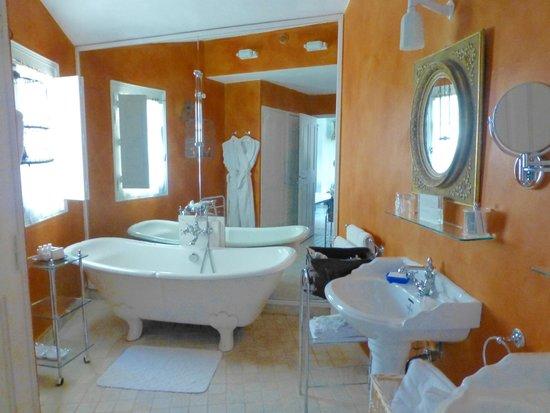 La Bastide de Moustiers : spacieuse salle de bain de la chambre