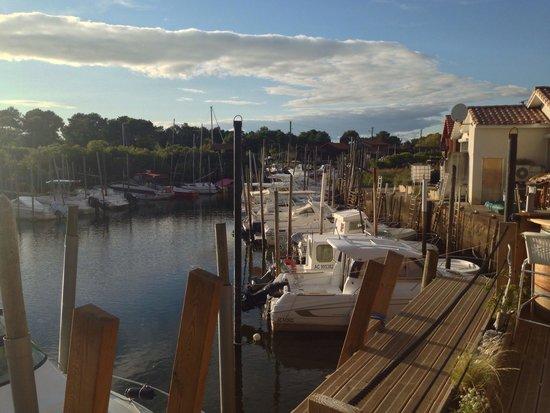 Gujan-Mestras, France: Terrasse extérieure du restaurant, donnant sur le port de la Hume.