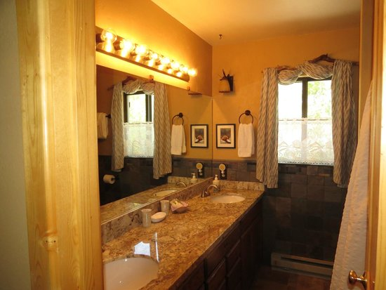 Teton View Bed & Breakfast : Bathroom, Bear Den Suite