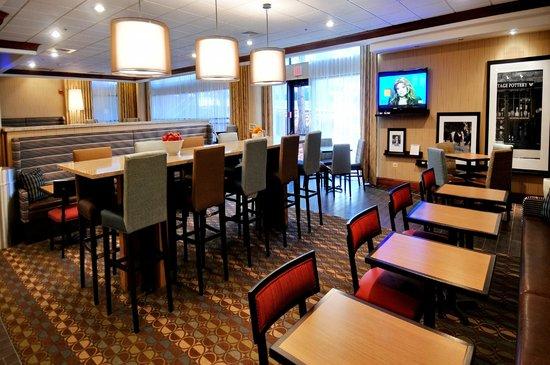 Hampton Inn Denver West Federal Center: Breakfast Seating Area