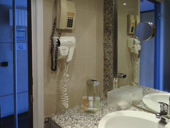 ​St. George Lycabettus Lifestyle Hotel: Bathroom interior
