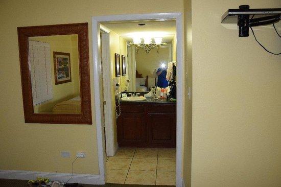 Sandpiper Gulf Resort : View towards bathroom, closet is on right