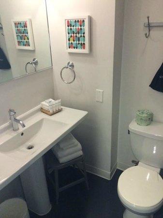 Custom Hotel: Bathroom