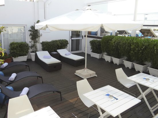St. George Lycabettus Lifestyle Hotel: Deck chairs of the beautiful terrace