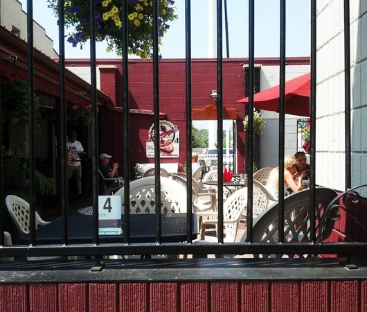 Pat's Tavern and Grill : outside eating area