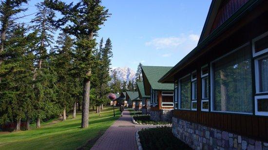 Fairmont Jasper Park Lodge: Front of the cabins