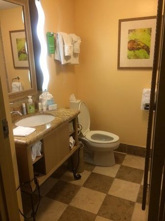 Hampton Inn Key Largo: clean stocked bathroom