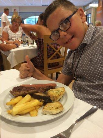 Hotel Mediterraneo Benidorm: Swordfish, burger, hotdog n chips