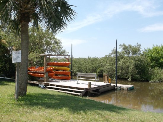 Si Como No Inn: Kayaks and rear dock on waterway