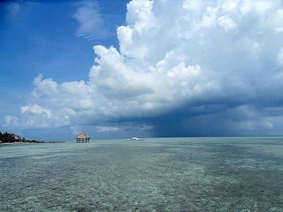 Glover's Atoll Resort: Hurricanwolken