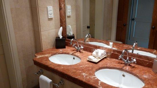 Hotel Principe Felipe 5*- La Manga Club: Nice double sinks