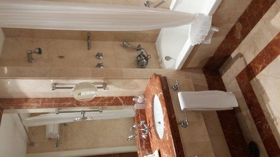 Hotel Principe Felipe 5*- La Manga Club: Average shower and bathtub