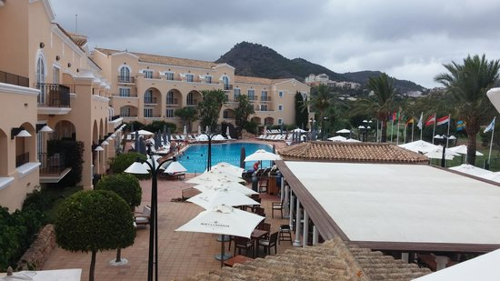 Hotel Principe Felipe 5*- La Manga Club: Hotel grounds - pool and bar (closes at 7PM!)
