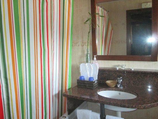 Hotel Restaurante Cal Teixido: Baño de la habitación Xicoria
