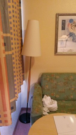 die stehlampe muss hinter dem sofa stehen sonst f llt sie um bild von ifa ferien centrum. Black Bedroom Furniture Sets. Home Design Ideas