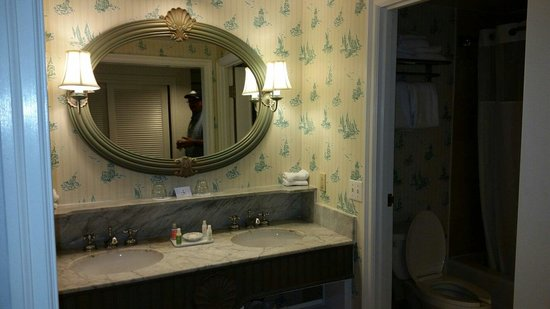 Disney's Beach Club Resort: Open bathroom sinks no privacy