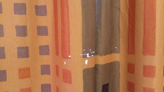 IFA Ferien-Centrum Südstrand: durchlöcherter Vorhang, die Gardinen sehen noch schlimmer aus.
