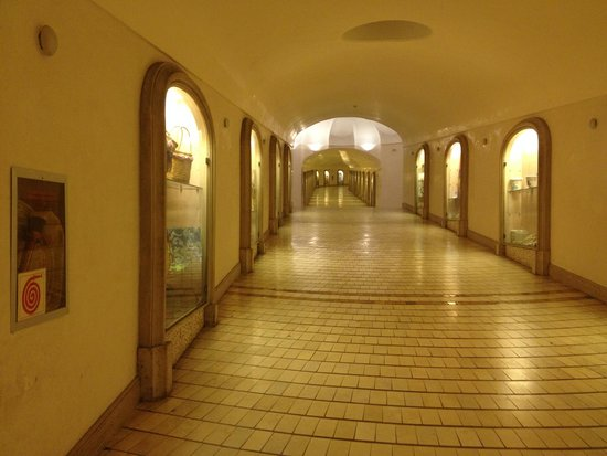 Conca Park Hotel: Tunnel to hotel from main street