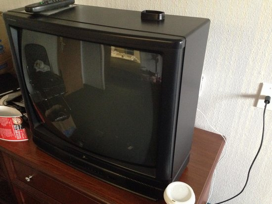 Country Inn & Suites, Portland Delta Park: Old crappy tv with crappy video & sound quality