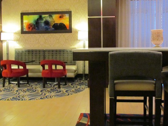Hampton Inn Corning/Painted Post : Seating near breakfast area and coffee service.