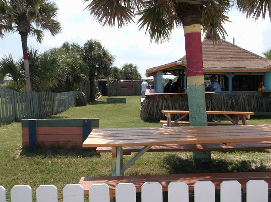 Si Como No Inn : Horseshoe lane, Tiki Hut, and picnic tables
