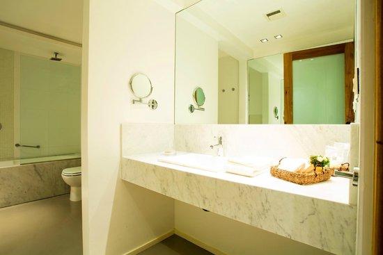 Serena Hotel: Bathroom