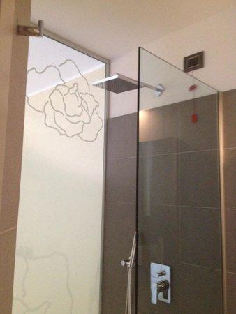 Harmony Suite Hotel: Doccia della suite
